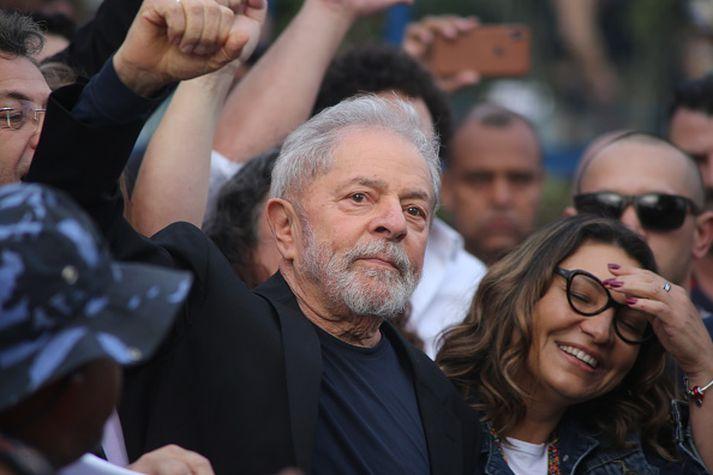 Lula heilsar stuðningsmönnum sínum við fangelsið.