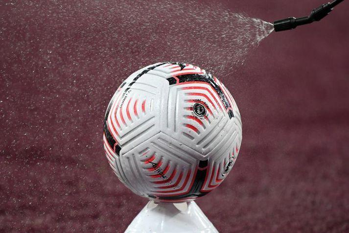 Boltinn sótthreinsaður fyrir leik West Ham United og Newcastle United í ensku úrvalsdeildinni um helgina.