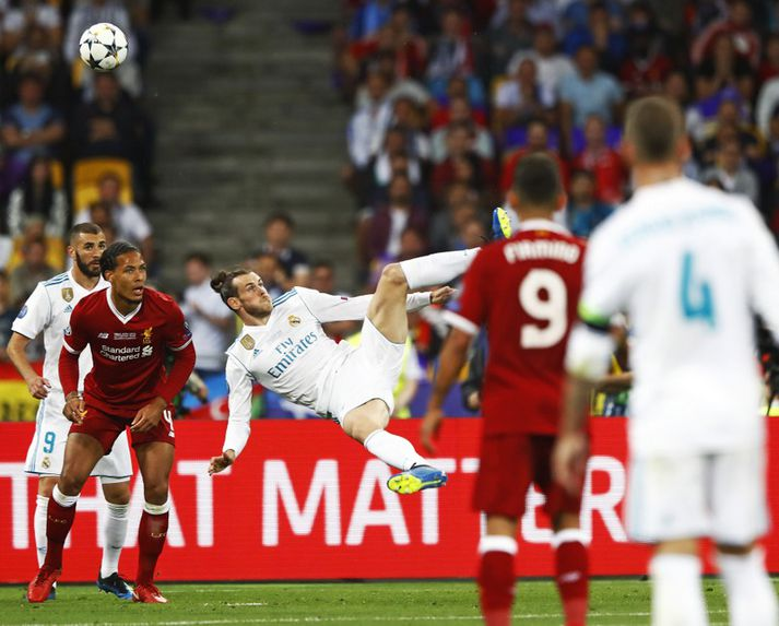 Gareth Bale skorar markið í úrslitaleik Meistaradeildarinnar.