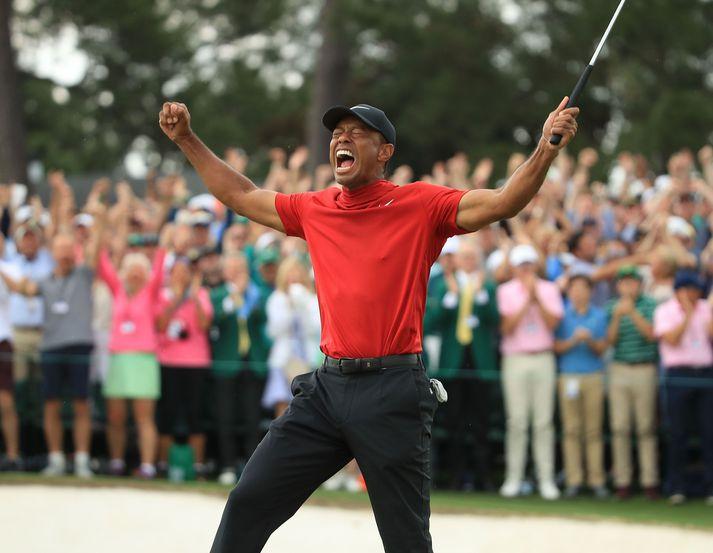 Tiger Woods fagnar sigri á Masters mótinu í fyrra.