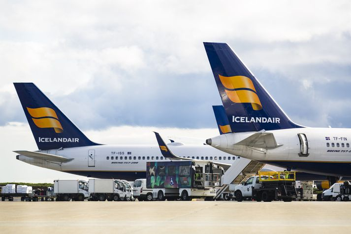 Stjórnendur Icelandair Group hafa frá því í byrjun októbermánaðar átt í viðræðum við eigendur skuldabréfa félagsins um skilmála að baki skuldabréfaútgáfunni. Icelandair Group braut skilmálana fyrr í haust. Flugfélagið áformar að greiða upp þriðjung af eftirstöðvum bréfanna í janúar .