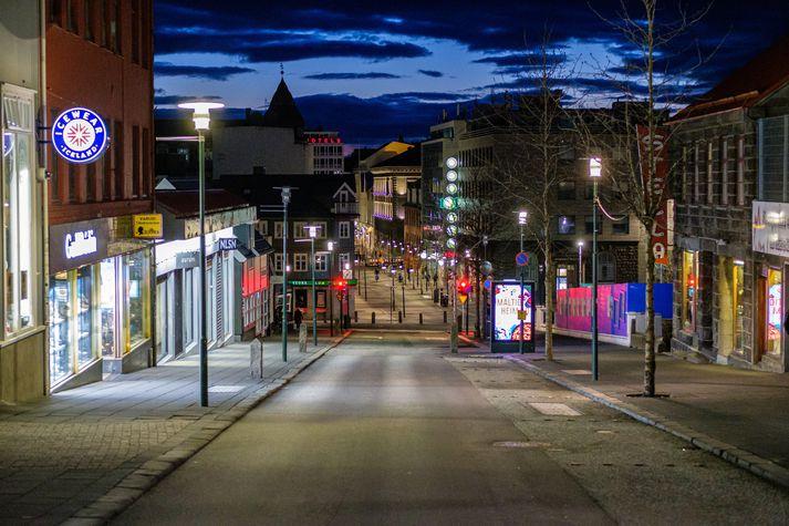 Piątkowy wieczór w Reykjaviku po tym jak wprowadzono zakaz zgromadzeń.