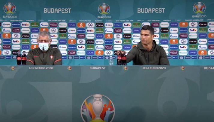 Cristiano Ronaldo fjarlægir kókið á fréttamannafundinum í Búdapest. Hann hvatti jafnframt fólk til að drekka vatn.