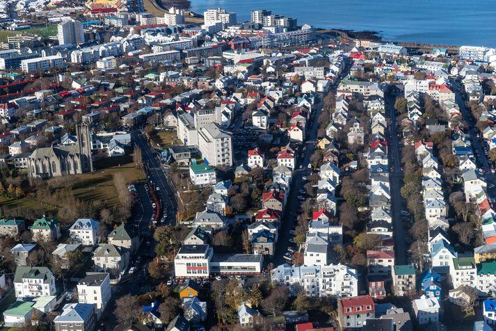 Þetta er nokkur breyting frá því sem var fyrir ári síðan þegar annars vegar 69% seldust undir ásettu verði og hins vegar 17% seldust á yfirverði.