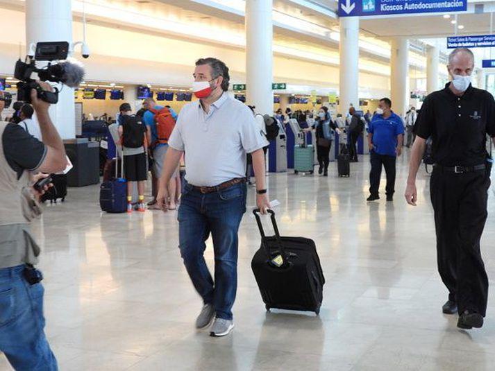 Ted Cruz á flugvellinum í Cancun.
