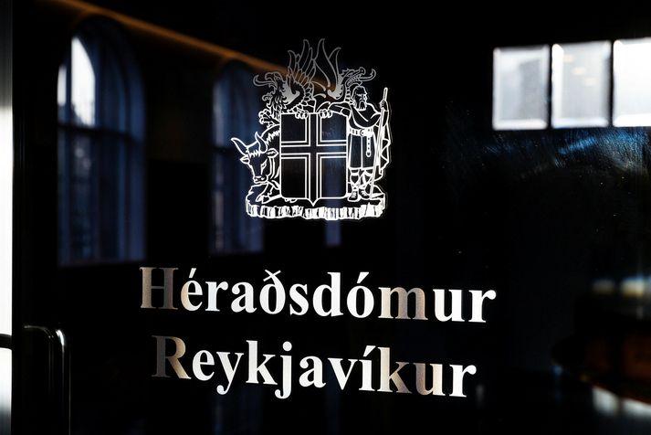 Ungi maðurinn var úrskurðaður í fjögurra vikna gæsluvarðhald í Héraðsdómi Reykjavíkur í dag.