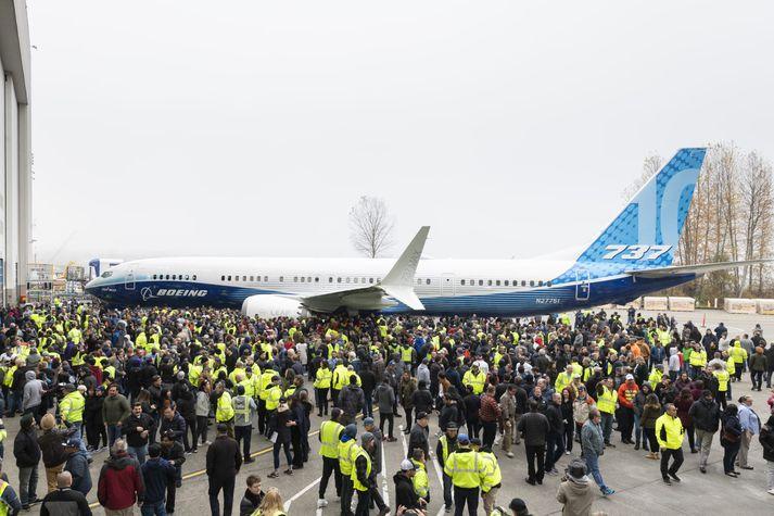 Boeing 737 MAX 10 komin úr verksmiðjunni. Starfsmenn fyrirtækisins voru þeir einu sem voru viðstaddir frumsýninguna.