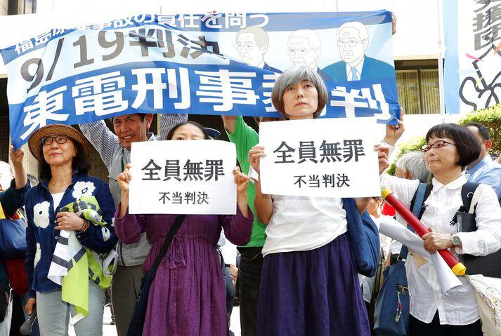 Stuðningsmenn íbúanna í Fukushima mótmæla dómnum í Tókýó í dag.