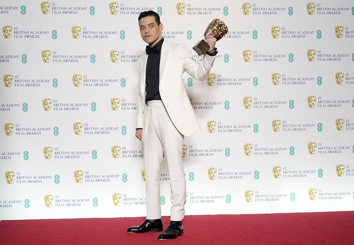 Rami Malek með BAFTA-verðlaunin sem hann hlaut fyrir að leika Freddie Mercury.