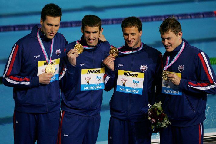 Klete Keller er hér lengst til vinstri við hlið Michael Phelps en hinir í þessari gullsveit Bandaríkjanna eru þeir Ryan Lochte og Peter Vanderkaay.