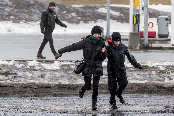 Vesturland sleppur eitt við hvassviðri sem gengur yfir landið í dag.