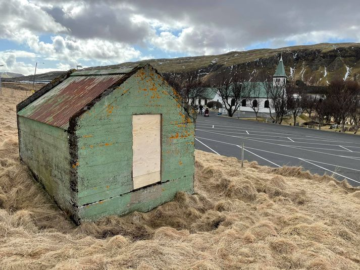 Brunnhúsið við Lágafellskirkju þar sem kona féll niður.