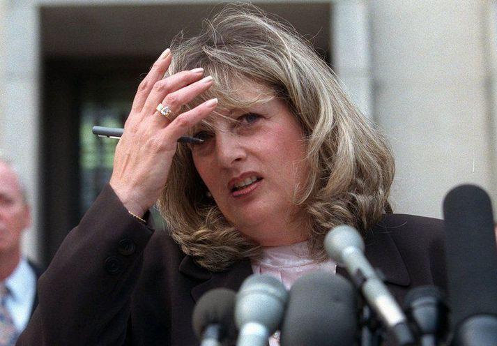 Linda Tripp ræðir hér við fjölmiðlafólk fyrir utan dómshús í Washington DC árið 1998,