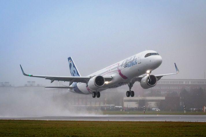 Airbus A321 LR í fyrsta flugtaki í Hamborg í gær.