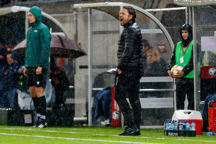 Helgi Kolviðsson á hliðarlínunni gegn Ítalíu í kvöld.