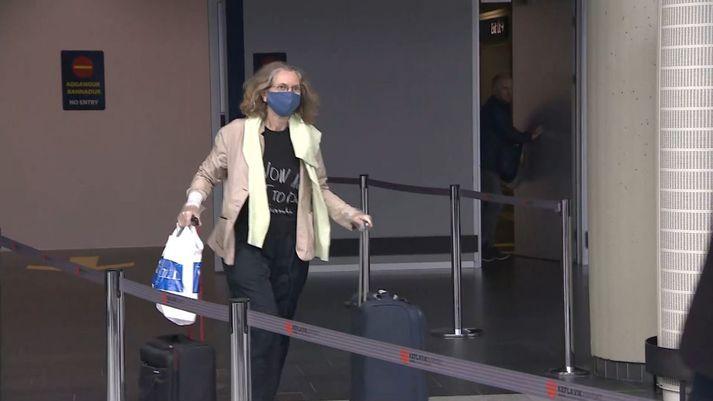 Þessi kona var á meðal farþega sem komu til landsins með vél Wizz Air frá London í morgun.