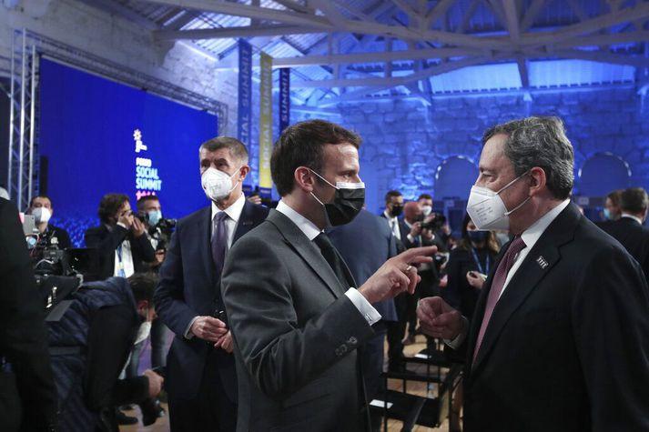 Emmanuel Macron Frakklandsforseti ræðir við Mario Draghi, forsætisráðherra Ítalíu, á fundi leiðtogaráðsins í Porto.