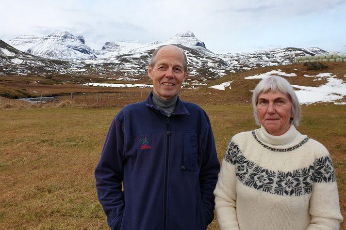Bændurnir á Jökulsá, þau Þorsteinn Kristjánsson og Katrín Guðmundsdóttir, búa undir dyrunum í Dyrfjöllum.