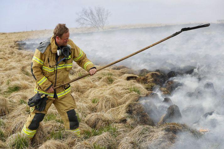 Strażak gaszący pożar w Kjalarnes.