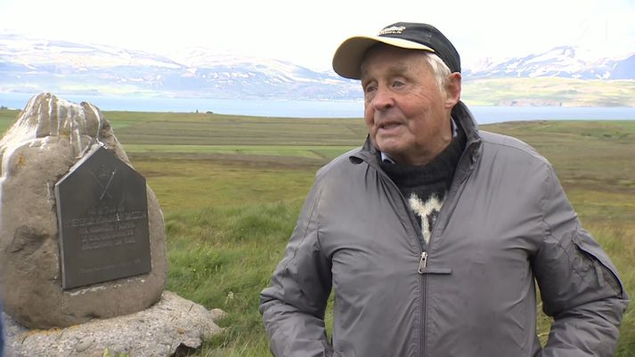 Sveinn í Kálfskinni við gröf Hræreks konungs.