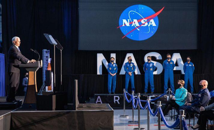Fimm geimfarar voru á fundi NASA í gær þar sem hópurinn var kynntur. Mike Pence, varaforseti, sagði að næstu geimfararnir til að ganga á tunglinu væru í hópnum.