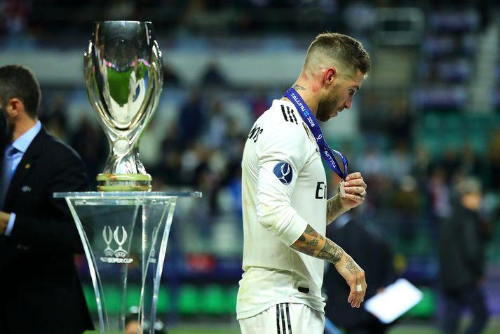 Sergio Ramos, fyrirliði Real Madrid, gengur framhjá bikarnum í gær. Það hafði hann ekki þurft að gera áður sem leikmaður Real Madrid.