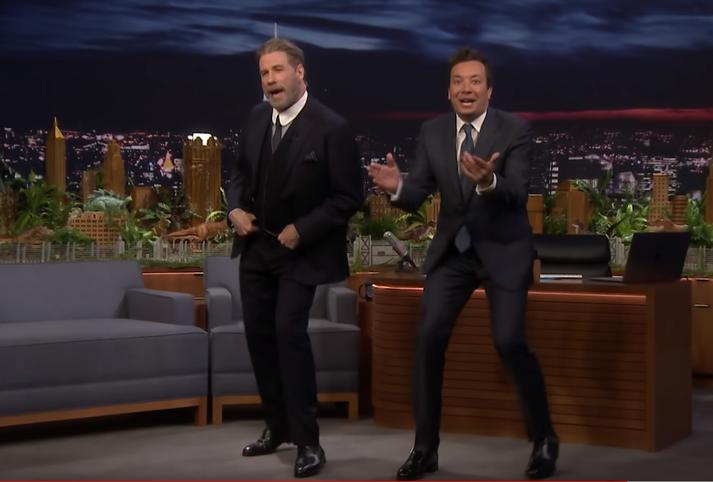 Travolta og Fallon tóku nokkur spor saman í þættinum The Tonight Show Starring Jimmy Fallon í gær.
