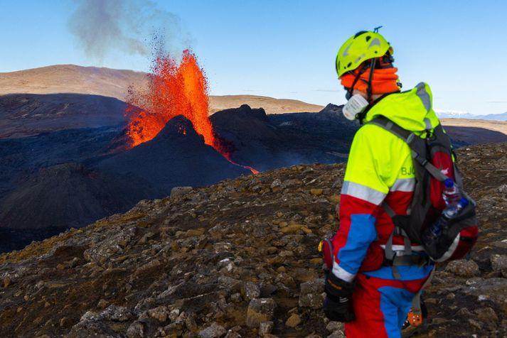 Aukið flæði hefur haldist í hendur við hækkandi kvikustróka og öfluga framrás hraunsins í Meradölum.