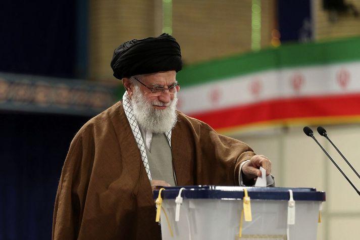 Ayatollah Ali Khamenei er æðsti stjórnandi Íran.