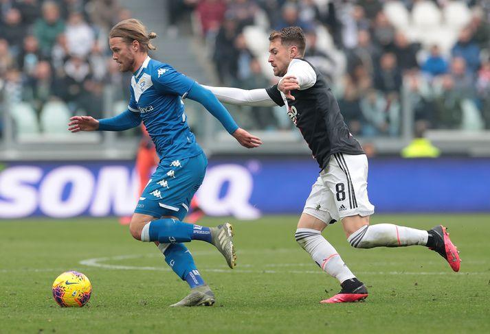 Birkir Bjarnason með boltann í leiknum gegn Juventus í dag.