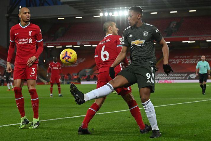 Anthony Martial hjá Manchester United fer framhjá Liverpool manninum Thiago en Fabinho fylgist með.