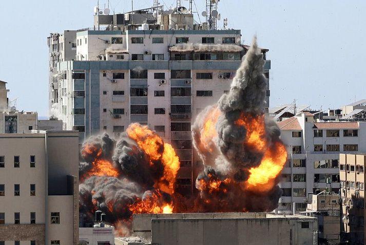 Byggingin, sem hér sést springa í loft upp, hýsti skrifstofur AP- og Al Jazeera-fréttastofanna.