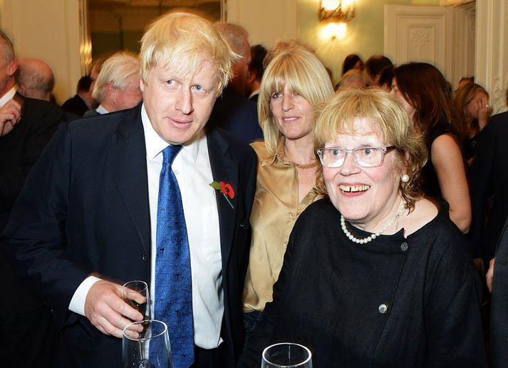 Charlotte Johnson Wahl (til hægri) með börnum sínum Boris og Rachel Johnson.