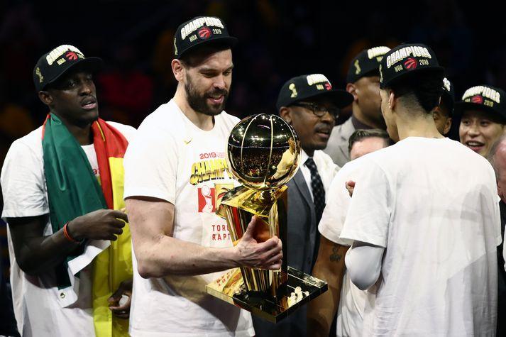 Gasol virðir NBA-bikarinn fyrir sér.