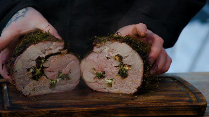 Fyllt grillað lambalæri með döðlum, fetaosti og timjan.