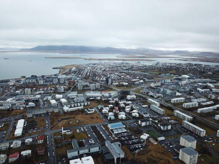 Veðurstofan spáir dálítilli rigningu vestantil á landinu, en annars þurrt.