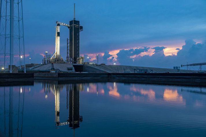 Crew Dragon geimfarið á toppi Falcon 9 eldflaugar í Flórída.