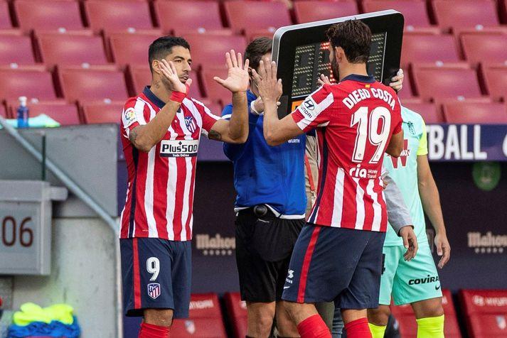 Luis Suarez kemur inn á fyrir Diego Costa í leiknum á Wanda Metropolitano leikvanginum í gær. Atletico Madrid vann 6-1 sigur á Granada og voru þeir báðir á skotskónum.