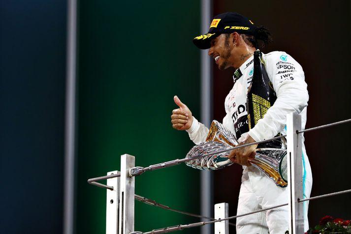 Lewis Hamilton fagnar sigri.