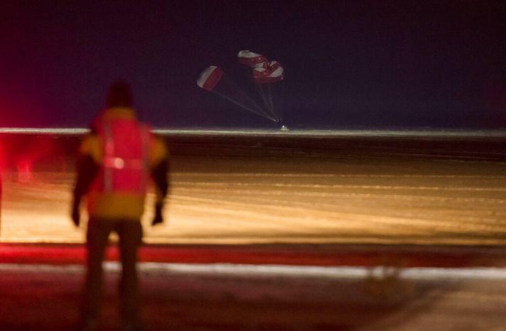 Starfsmaður Boeing fylgist með geimferjunni lenda á Hvítu söndum í Nýju-Mexíkó.