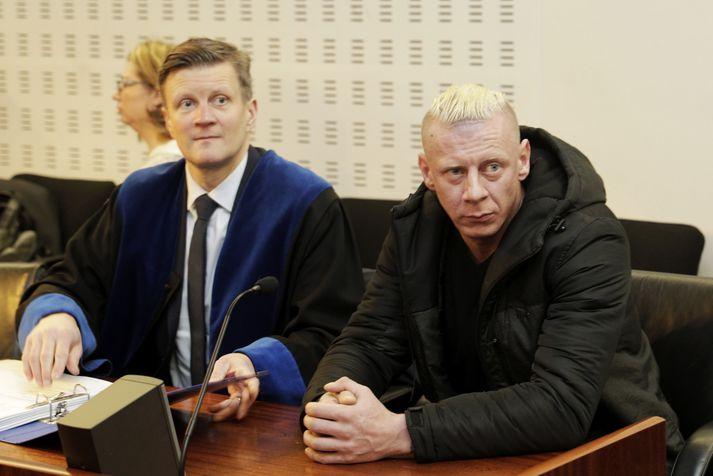 Dawid Kornacki, ásamt verjanda sínum Bjarna Haukssyni, í dómsal í morgun.