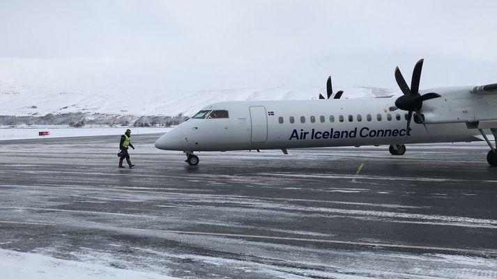 Vél Air Iceland Connect á Akureyrarflugvelli.