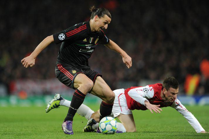 Zlatan Ibrahimovic lék með AC Milan þegar Arsenal mætti síðast ítalska félaginu. Hér hefur hann betur í baráttunni við Lauren Koscielny sem spilar ennþá með Arsenal.