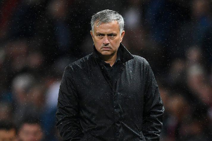 Mourinho draugfúll í rigningunni í gær.