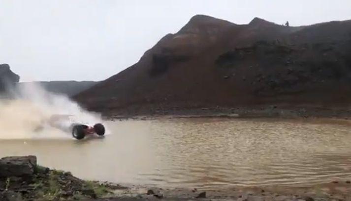 Lewis Hamilton á fullri ferð yfir vatnið.