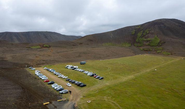 Nýja bílastæðið á túninu í Stóra-Leirdal er við leið C. Uppgönguleiðin á Langahrygg sést fyrir aftan.
