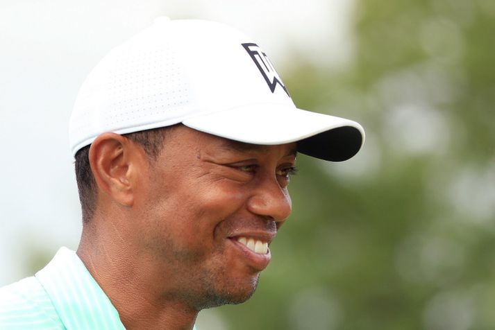 Það er örugglega langt síðan að  Tiger Woods spilaði holur í golfmóti án þess að hafa áhorfendur.