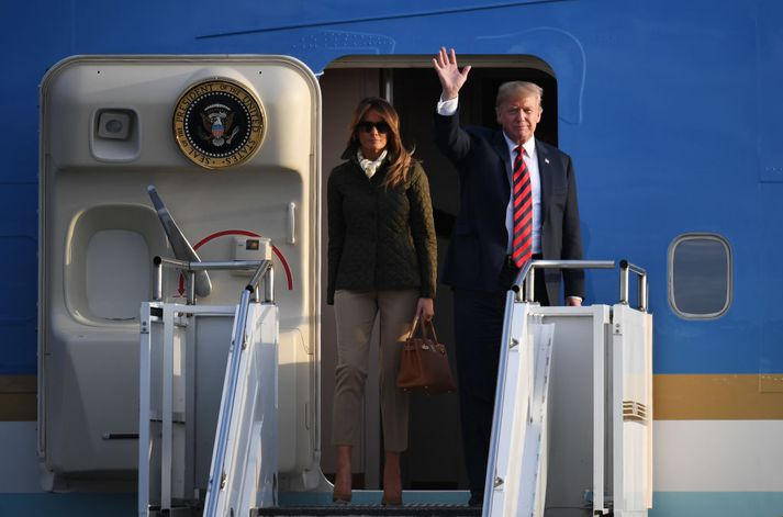 Donald og Melania sjást hér stíga út úr forsetaþotunni, Air Force One.