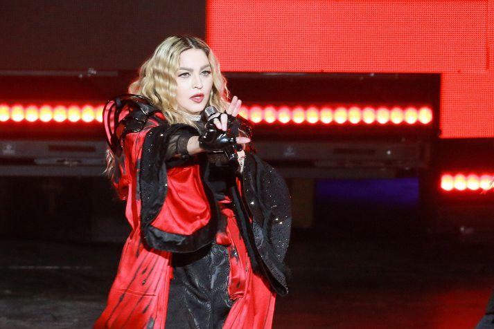 Madonna mun flytja lögin Like a Prayer og Future en kostnaðurinn við að fá hana er sagður nema einni milljón dollara.