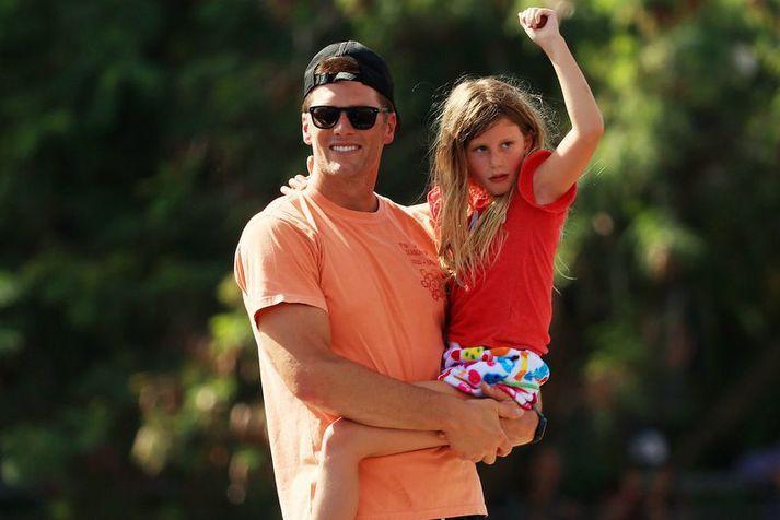 Tom Brady með dóttur sinni Vivian í sigursiglingu Tampa Bay Buccaneers liðsins.